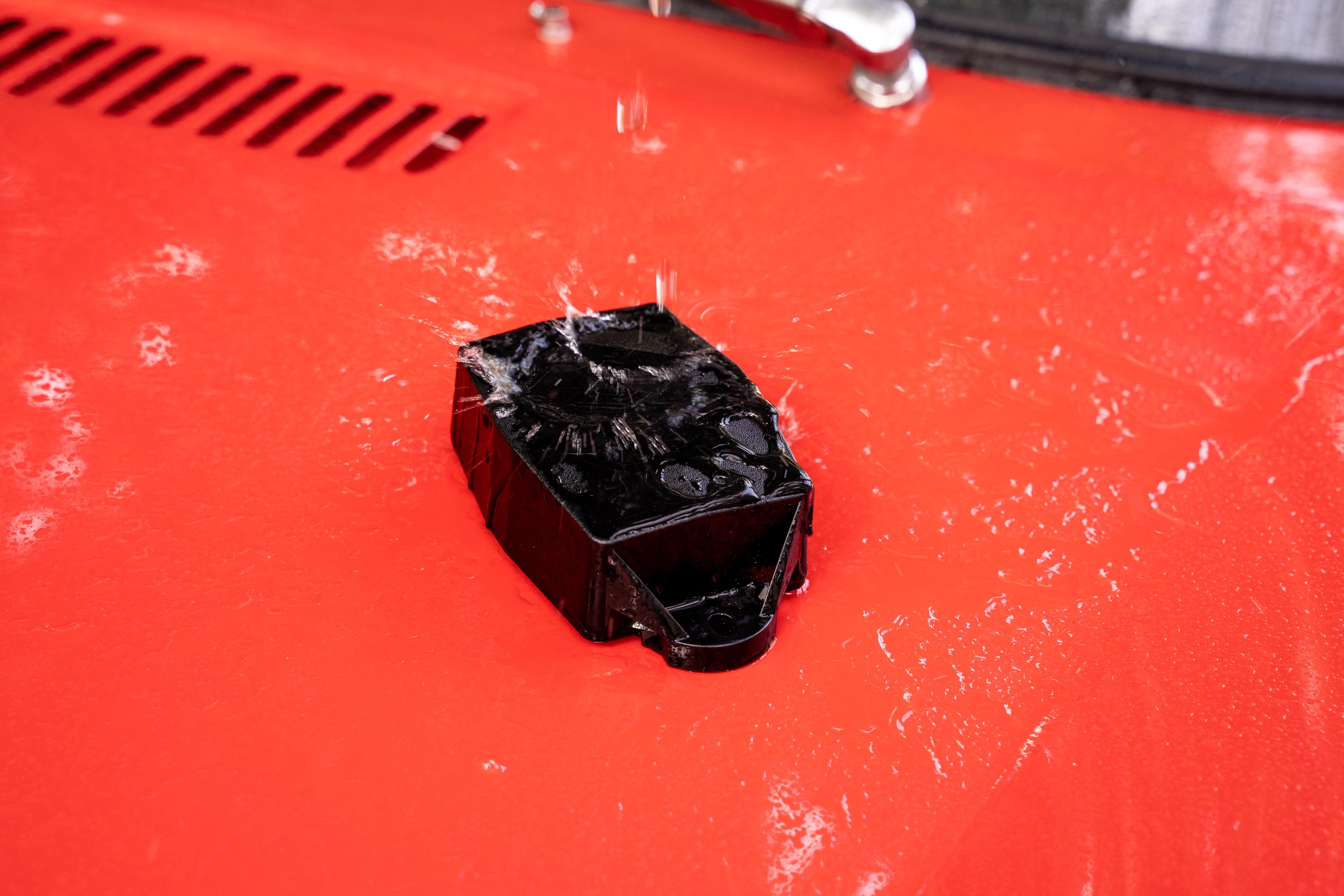 Image d'un traceur sur le capot d'une voiture