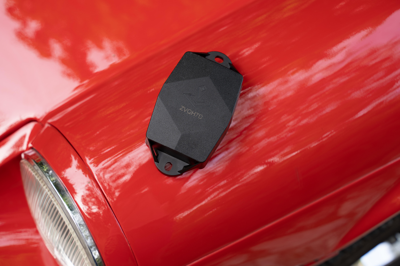 Photo d'un traceur ULTRA posé sur une voiture