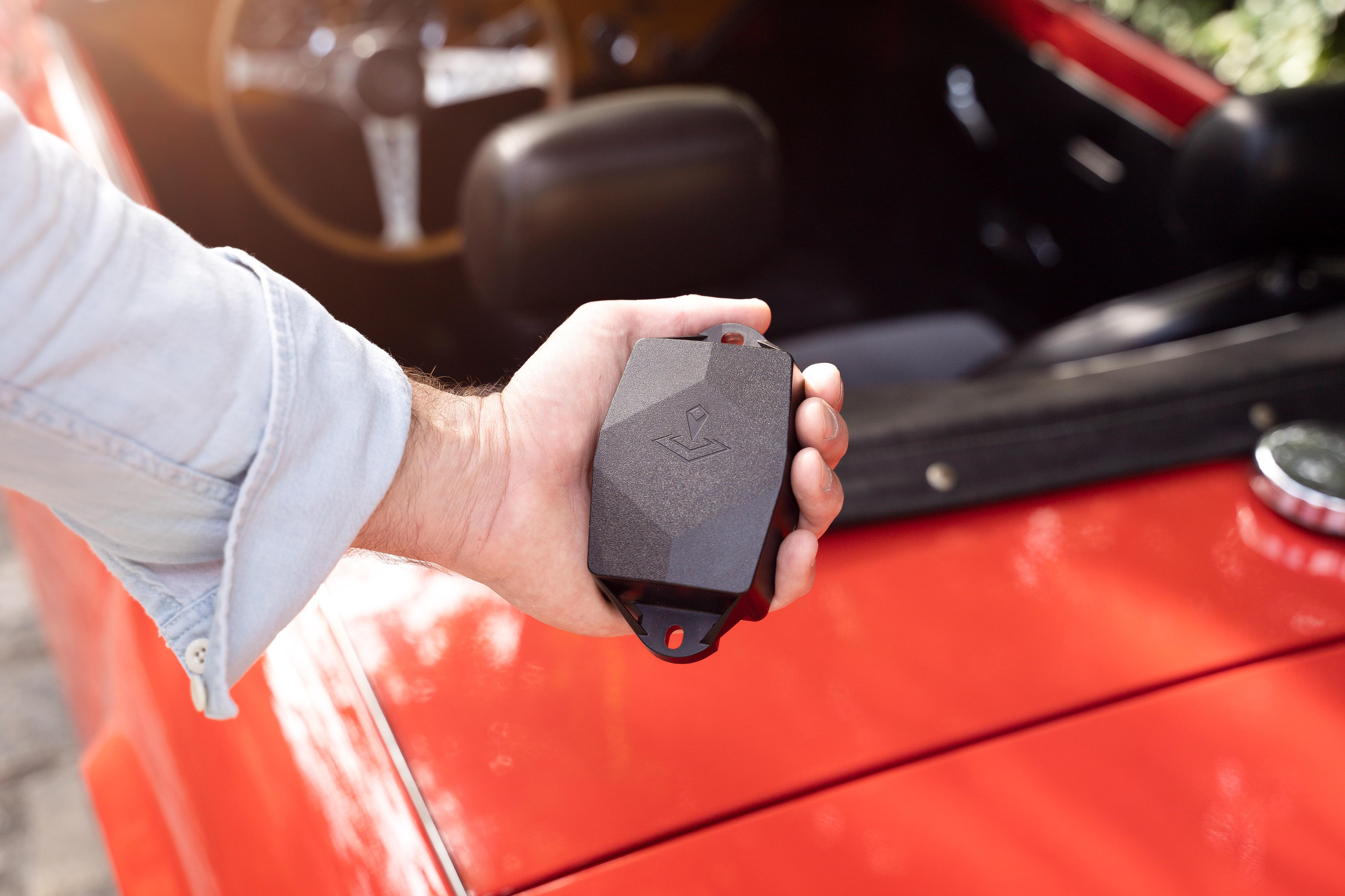 Photo d'un traceur avec en fond une voiture