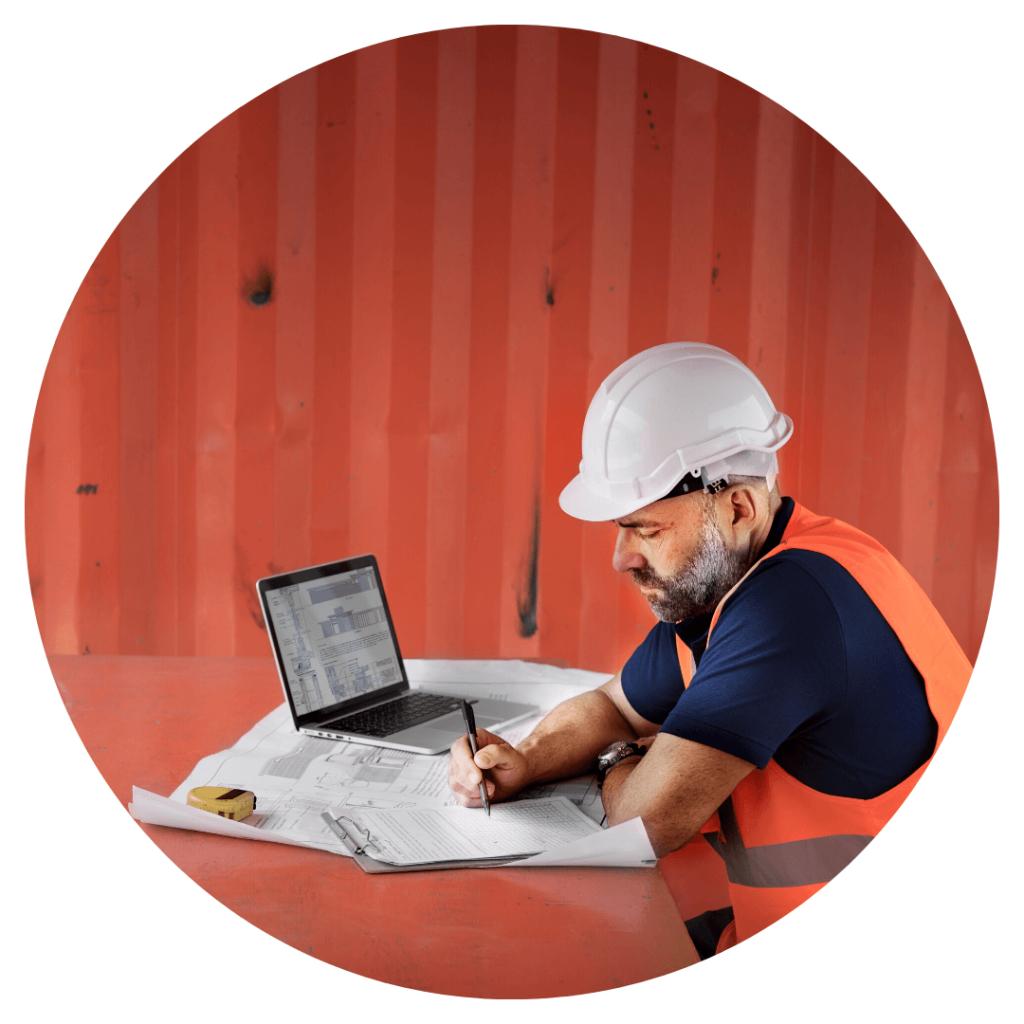 photo d'un salarié présent sur un chantier entrain de travailler sur l'ordinateur