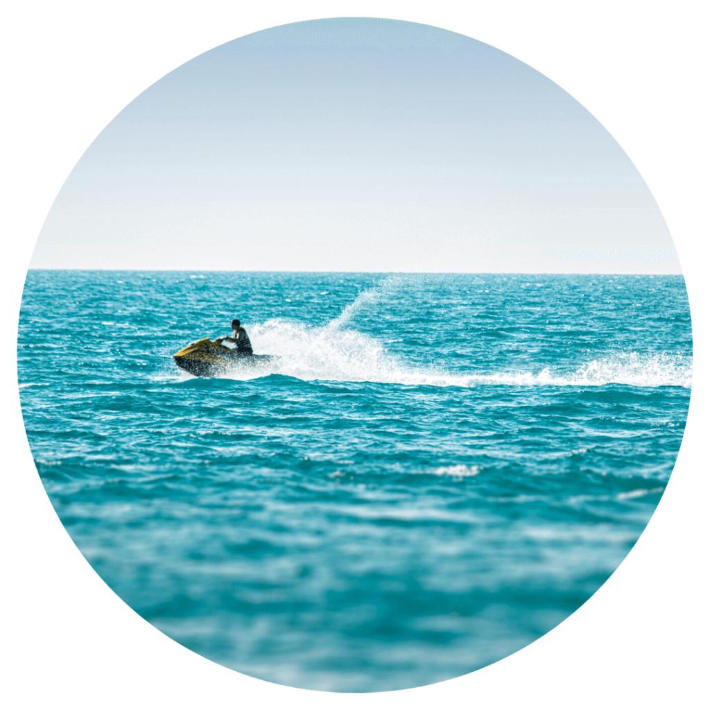 photo d'un jet ski en mer : une activité nautique tendance